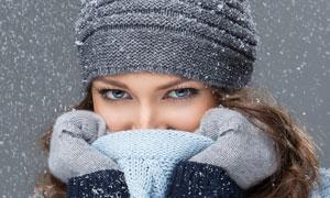 用毛衣遮住嘴巴的美女摄影高清图片