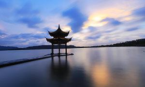夜幕下的湖滨晴雨美景摄影图片