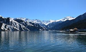 蓝天下美丽的湖泊景观摄影图片