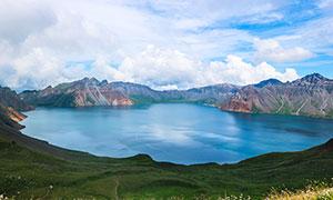 蓝天白云下的长白山天池摄影图片