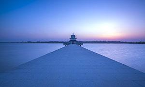 夕阳下的美丽栈桥摄影图片