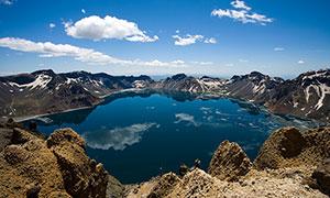 蓝天下美丽的长白山天池摄影图片