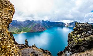 长白山天池蓝色湖面摄影图片