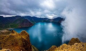 云雾缭绕的长白山天池摄影图片