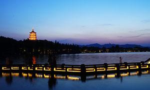 長橋上觀看雷峰塔夜景攝影圖片