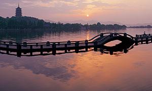 平桥上观看雷峰夕照全景摄影图片