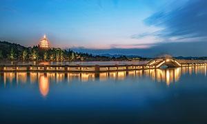 雷峰塔和长桥夜景灯光摄影图片