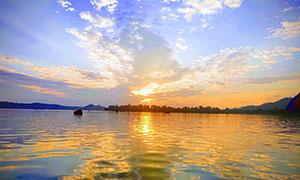 傍晚美麗的湖泊攝影圖片