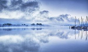 霧氣蒙蒙的湖泊景觀攝影圖片