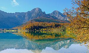 山腳下湖泊倒影攝影圖片