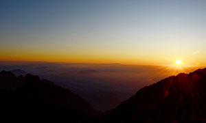 清晨黃山美麗的日出攝影圖片