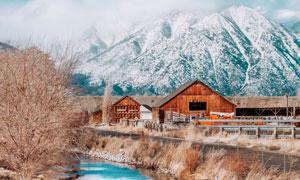山脚下的房子河流风景摄影高清图片