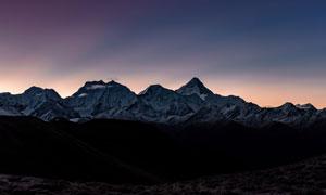 黄昏霞光映衬下的连绵群山高清图片