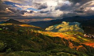 光影掠过的山间庄稼地摄影高清图片