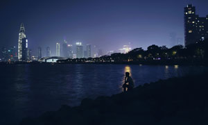 夜幕下的城市建筑群与湖泊摄影图片