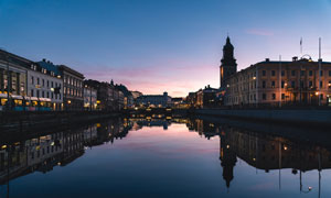 倒影在水面上的建筑群攝影高清圖片