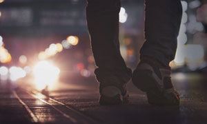 城市道路上坚毅的脚步特写摄影图片