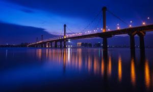 江面上的桥梁灯光照明夜景高清图片