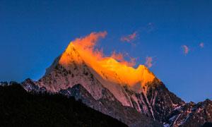 夕阳下巍峨雄伟的高山摄影高清图片