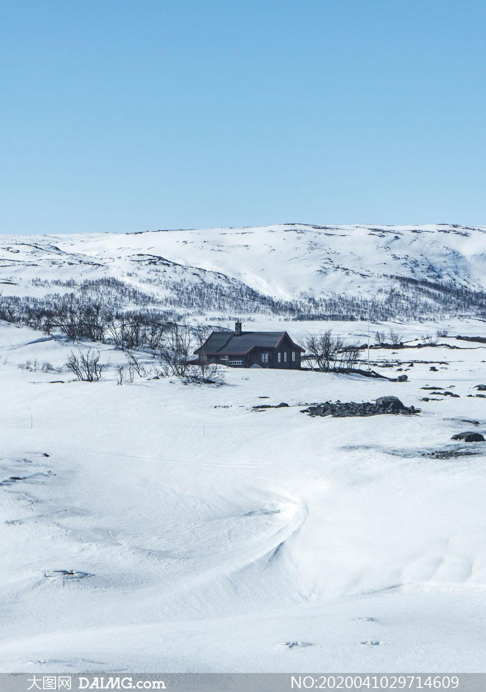 小木屋与冰天雪地风景摄影高清图片
