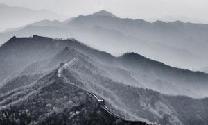 山峦上的长城景观风光黑白摄影图片