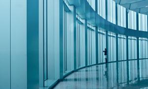 高层建筑内玻璃落地窗观景人物图片