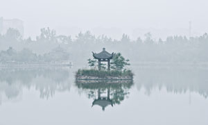 湖心亭与雾气中的树木摄影高清图片