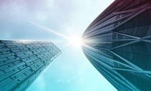城市摩天大樓逆光仰拍攝影高清圖片