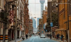 东方明珠塔与上海街景摄影高清图片