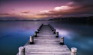天空云彩与湖面之上的栈桥高清图片
