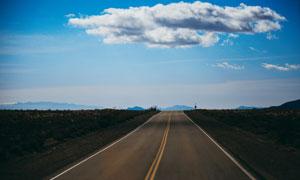 蓝天白云公路沿路风光摄影高清图片