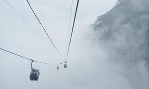 浓雾中的景区缆车索道摄影高清图片