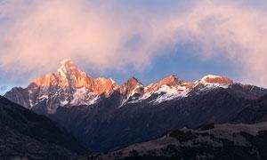 蓝天白云险峻雪山风光摄影高清图片