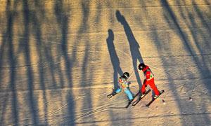 在练习滑雪技术的人物摄影高清图片