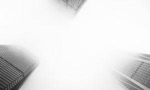能见度较低的雾中大楼摄影高清图片
