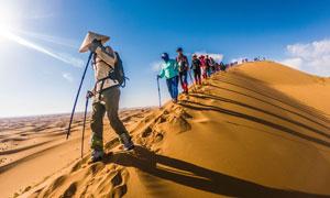 徒步腾格里沙漠的人物摄影高清图片