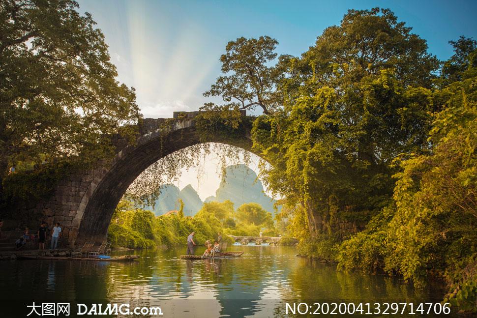 拱桥河流与茂密的树木摄影高清图片