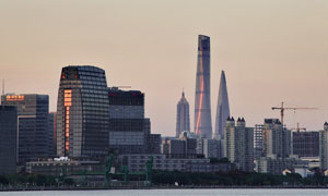 夕阳映照下的城市建筑摄影高清图片