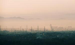 输电线路铁塔与隐约可见的远山图片
