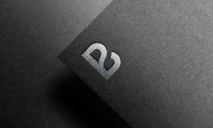黑色紙張上的銀箔質感標志樣機模板