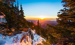雪后山顶美丽的日出摄影图片