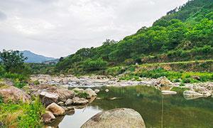 山脚下的小溪和岩石摄影图片
