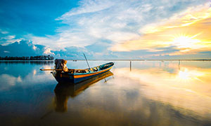傍晚湖泊中停泊的小舟摄影图片