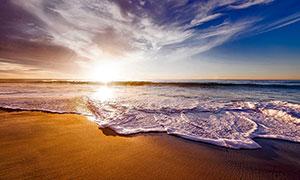 清晨海边美丽的沙滩和海浪摄影图片