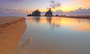 黄昏下的大海和岛礁摄影图片
