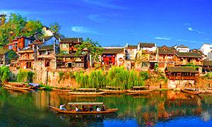 蓝天下的古镇水乡全景摄影图片
