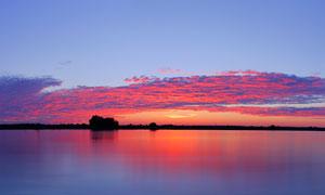 河边美丽的夕阳全景图摄影图片
