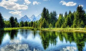 蓝天白云下的湖泊和山林摄影图片