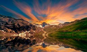 傍晚夕阳下的湖景摄影图片