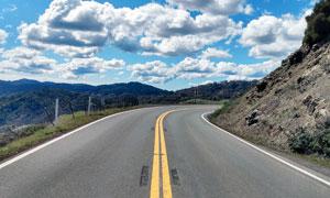 藍天白云下的盤山公路攝影圖片